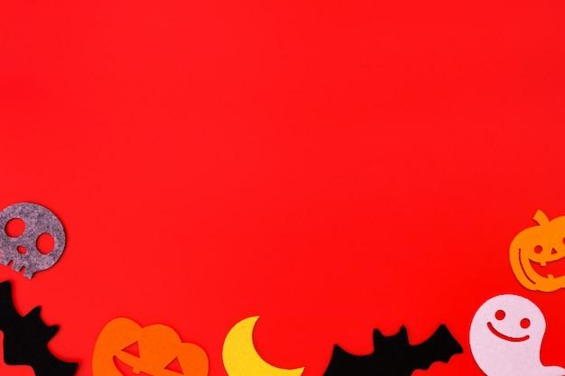Halloween-feiertagsdekorationen auf rot Premium Fotos