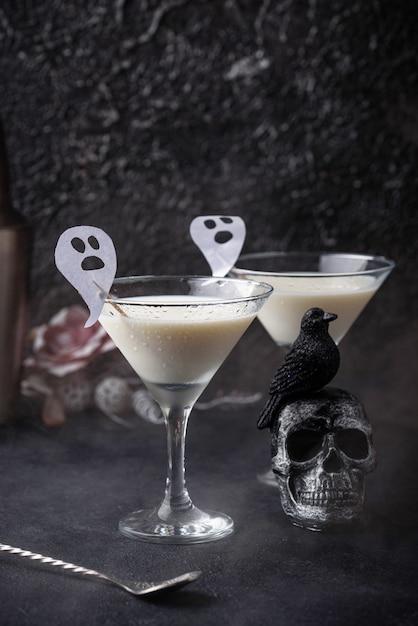 Halloween-getränk flüssiger geist. kokosnusscocktail Premium Fotos