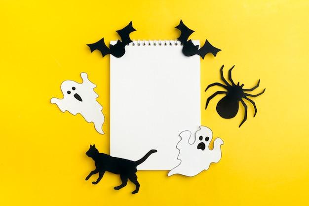 Halloween handwerk - katze, spinne, fledermäuse, geister von schwarzweiß-papier Premium Fotos