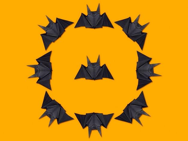Halloween-konzept. kreis von papierfledermäusen unter verwendung der origamitechnik Premium Fotos