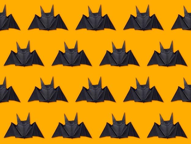 Halloween-konzept. streifen von papierfledermäusen unter verwendung der origamitechnik Premium Fotos