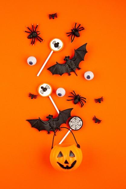 Halloween-kürbis mit halloween-partygegenständen, -schlägern, -spinnen und -festlichkeiten Premium Fotos