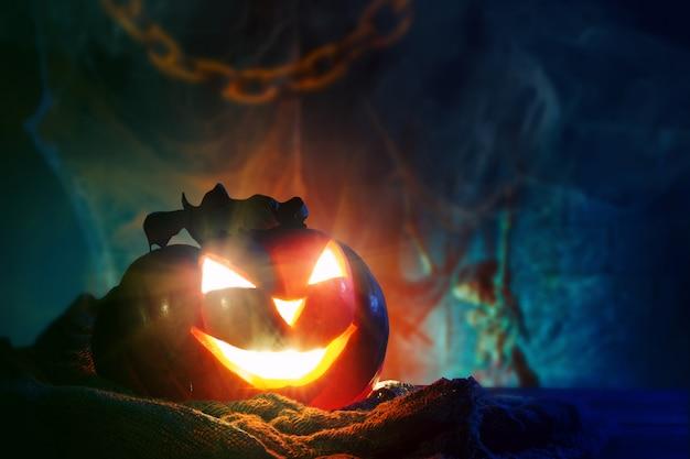 Halloween-kürbise auf einem hölzernen. Premium Fotos
