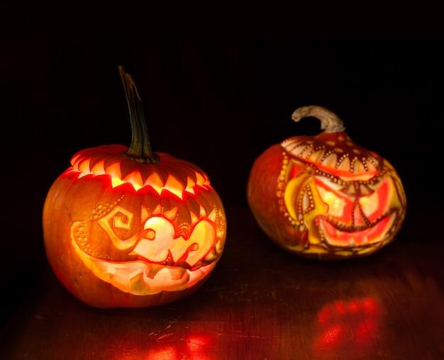 Halloween-kürbise auf schwarzem Premium Fotos