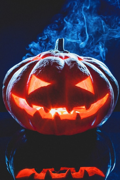 Halloween kürbisgeisterlaterne mit rauch Premium Fotos