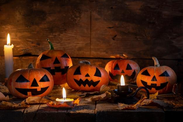 Halloween-kürbishauptsteckfassung o-laterne auf holztisch Premium Fotos