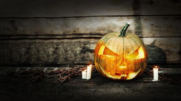 Halloween-kürbiskopf mit brennenden kerzen Premium Fotos