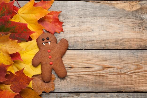 Halloween-lebkuchen am herbstlaub. Premium Fotos