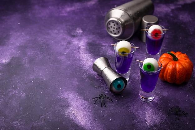 Halloween lila cocktail mit augen. Premium Fotos