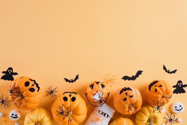 Halloween macht dekoration auf orange hintergrund mit kopienraum in handarbeit Premium Fotos