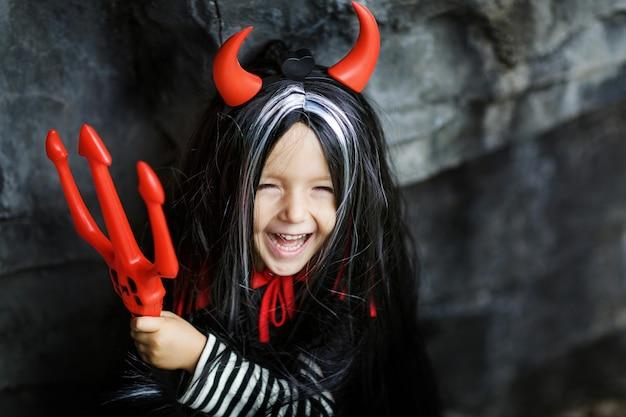 Halloween mädchen im freien Premium Fotos