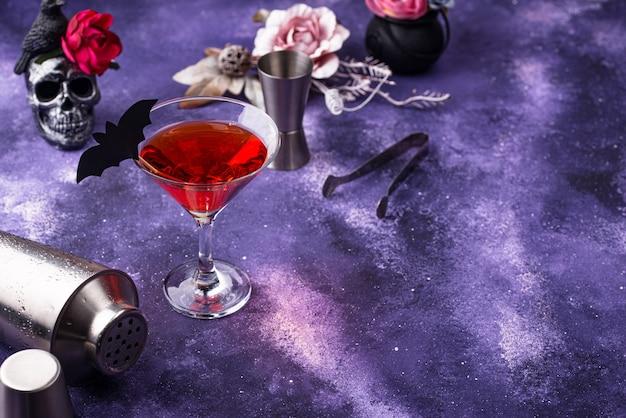 Halloween martini cocktail auf lila hintergrund Premium Fotos