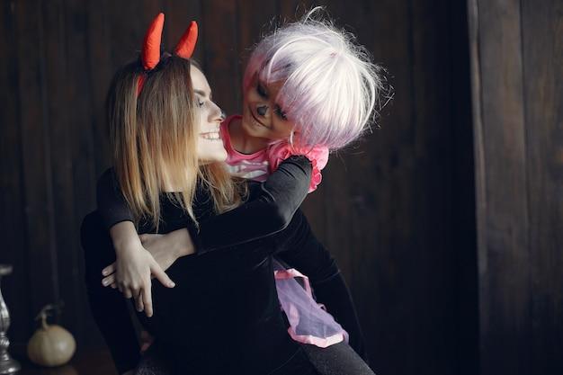 Halloween. mutter und tochter im halloween-kostüm. familie zu hause. Kostenlose Fotos