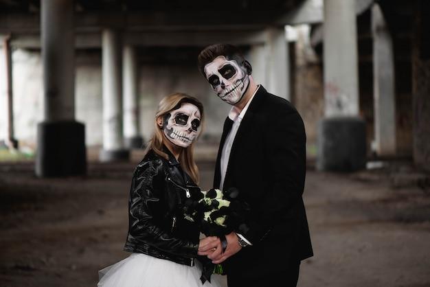 Halloween-paar. in hochzeitskleidung romantischen zombie gekleidet Premium Fotos