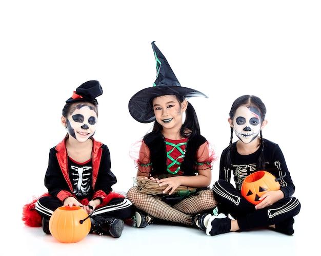 Halloween-party mit asiatischen gruppenkindern Premium Fotos