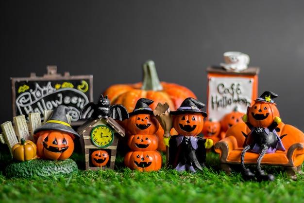 Halloween-spielwaren auf dem gras. Premium Fotos