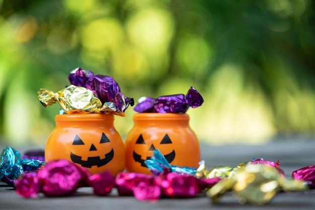 Halloween-steckfassung-olaterneneimer mit dem verschütten der süßigkeit Premium Fotos