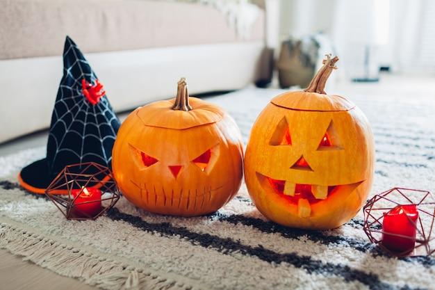 Halloween-steckfassung-olaternenkürbise, haus verziert mit traditionellen halloween-symbolen. Premium Fotos