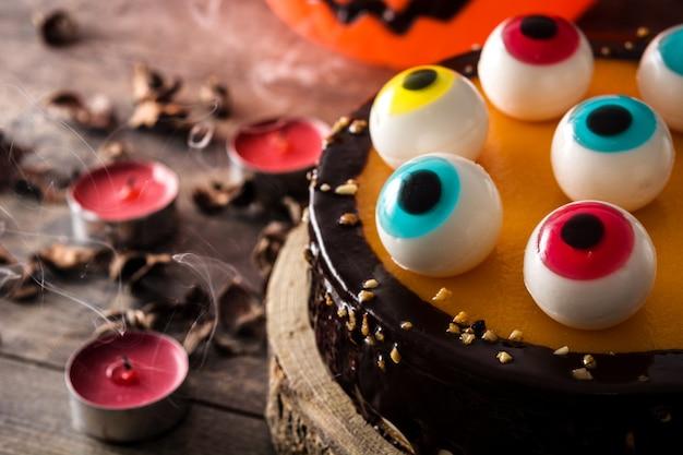 Halloween-torte mit süßigkeiten augendekoration Premium Fotos