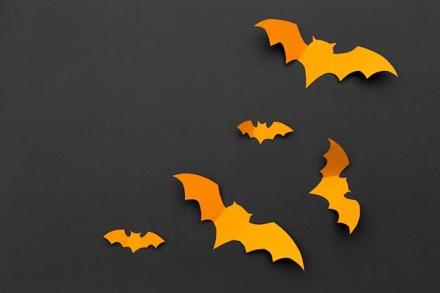 Halloween und dekorationskonzept - papierfledermausfliegen Premium Fotos