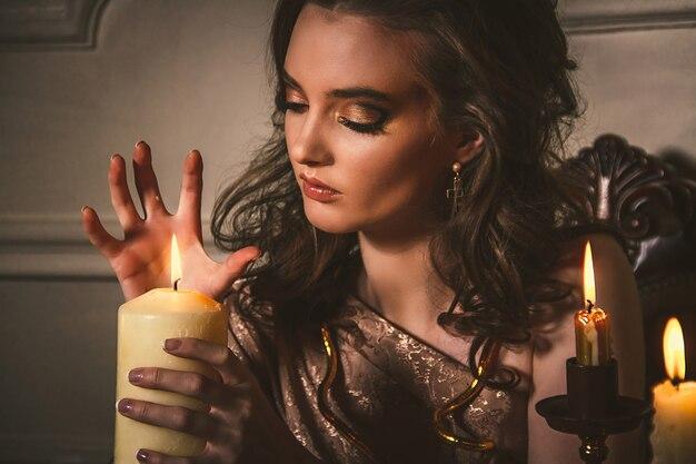 Halloween-zaubergeschichte, mystizismusmädchen nennt geister Premium Fotos