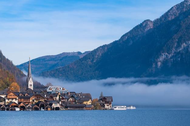 Hallstatt-bergdorf an einem sonnigen tag vom klassischen postkartenstandpunkt österreich Premium Fotos