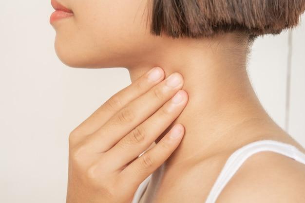Halsschmerzen. mandel. entzündung Premium Fotos