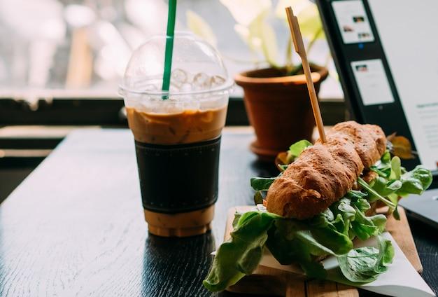 Hamberger fast food mit kaffee im restaurant Premium Fotos