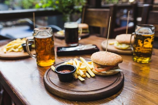 Hamburger auf dem tisch im restaurant Kostenlose Fotos