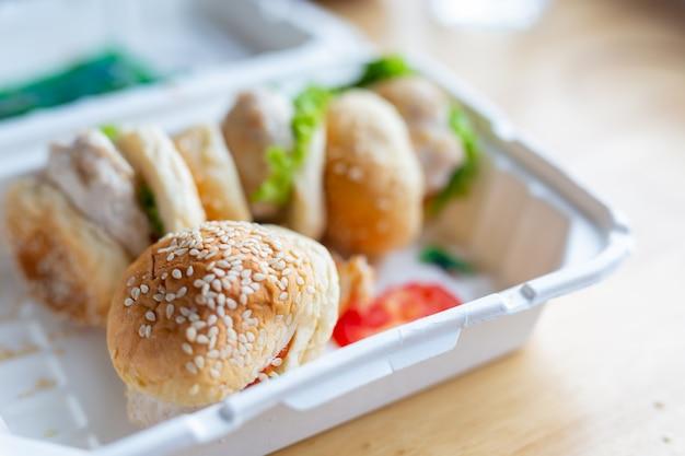 Hamburger auf holzböden. Kostenlose Fotos