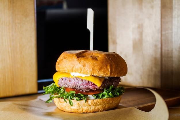 Hamburger mit fleisch, gemüse und käse. Premium Fotos