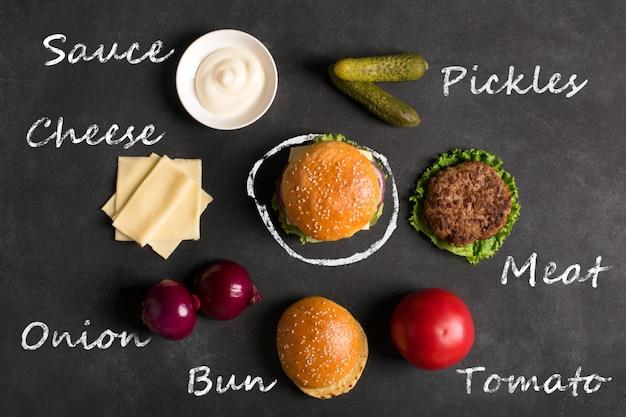 Hamburger mit fleischkotelett. inschrift der zutaten Premium Fotos