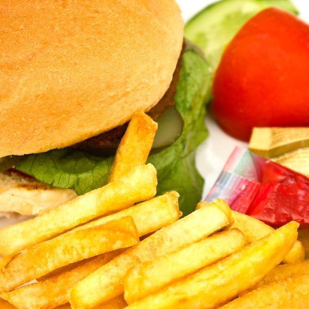 Hamburger mit pommes frites, gurkenscheiben und tomaten Premium Fotos