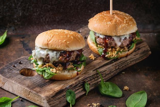 Hamburger mit rindfleisch und spinat Premium Fotos