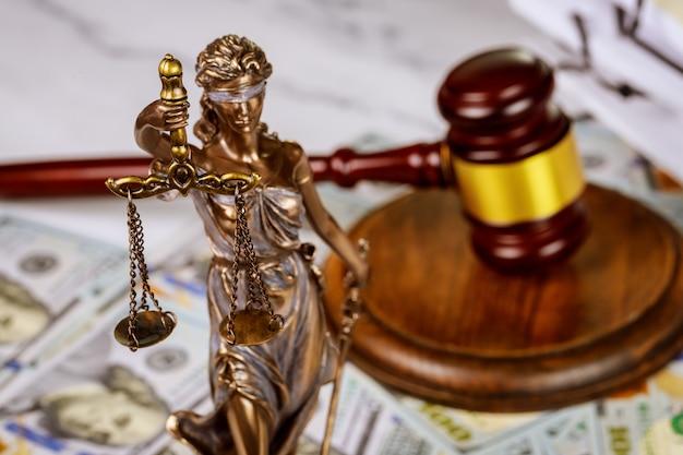 Hammer mit büchern und waagen auf anwaltskanzlei arbeitsrechtsdokument Premium Fotos