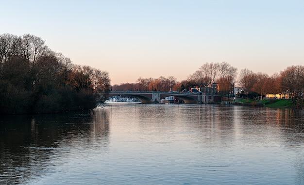 Hampton court bridge über die themse in der abenddämmerung Kostenlose Fotos