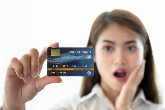 Hand der jungen frau kreditkarte halten Premium Fotos