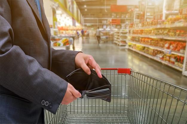 Hand der leute zeigen leere brieftasche im supermarkt zum einkaufen, wirtschaftskonzept Premium Fotos