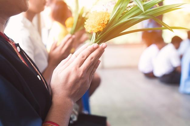 Hand des asiatischen buddhistischen lohnrespekts zum buddha Premium Fotos