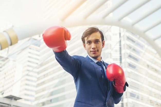 Hand des geschäftsmannes, die boxhandschuhe trägt. Kostenlose Fotos