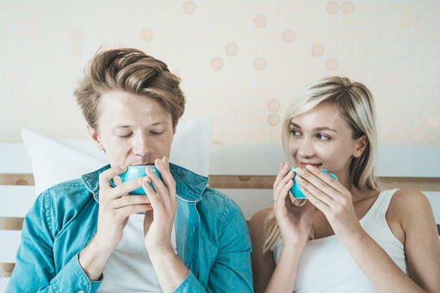 Hand des glücklichen paars, die morgens schale hält und kaffee trinkt Kostenlose Fotos