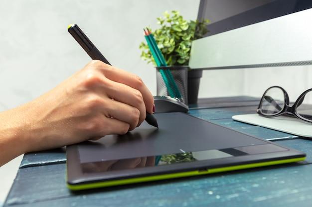 Hand des grafikdesigners arbeitend mit stilus und tablette Premium Fotos