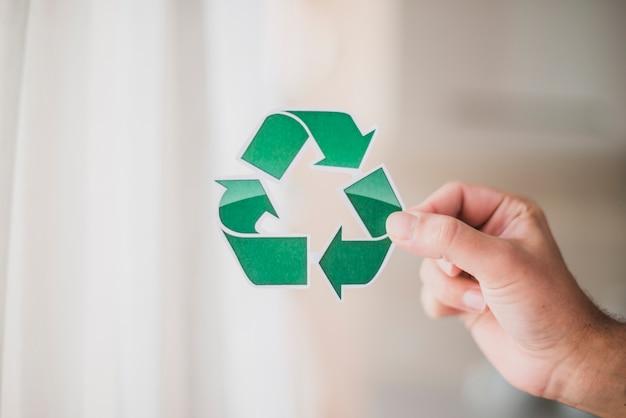 Hand des mannes, die recycling-symbol zeigt Kostenlose Fotos