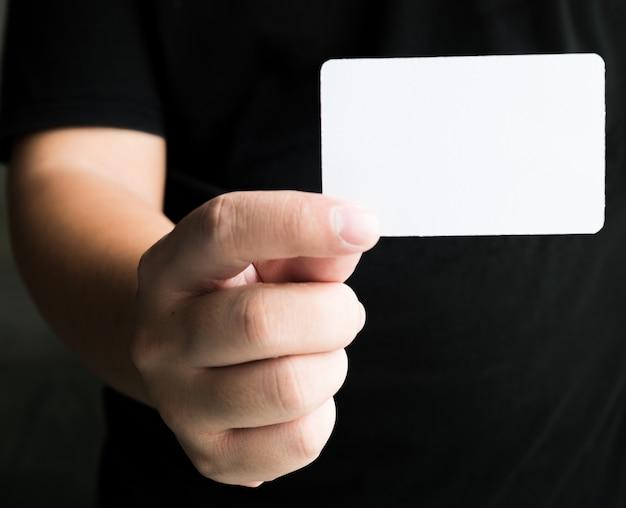 Hand des mannes, die visitenkarte zeigt Premium Fotos