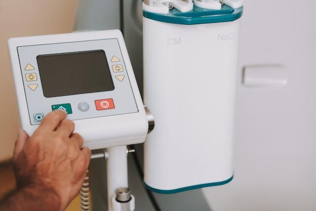 Hand des radiologen ct oder mri scanner startend Premium Fotos