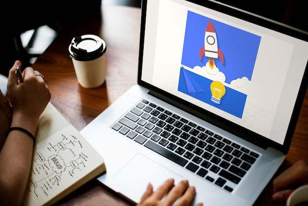 Hand, die an laptop-netzgraphiküberlagerung arbeitet Premium Fotos
