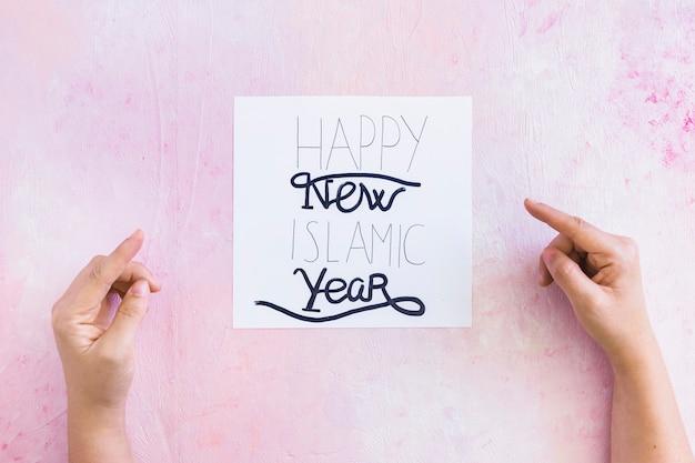 Hand, die auf islamischen Gruß des neuen Jahres zeigt | Download der ...