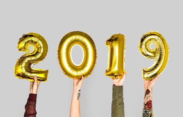 Hand, die ballon des neuen jahres 2019 hält Premium Fotos