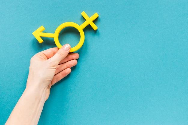 Hand, die buntes gleichheitssymbol hält Kostenlose Fotos