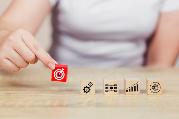 Hand, die den hölzernen block stapelt servicekonzept des geschäfts zum erfolg vereinbart Premium Fotos